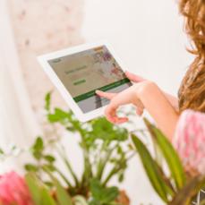 Kobieta wypełnia formularz doserwisu zkwiatami zholandii