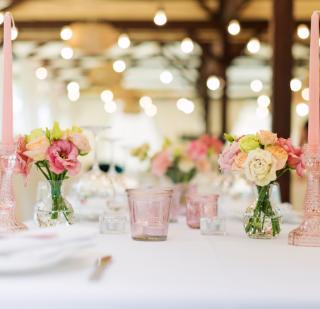 Kwiaty naweselnym stole